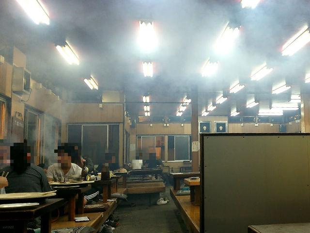 店内は煙が充満
