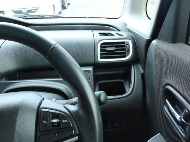 運転席前の四角いドリンクホルダー