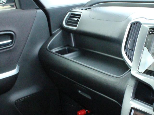 助手席の収納スペースと四角いドリンクホルダー