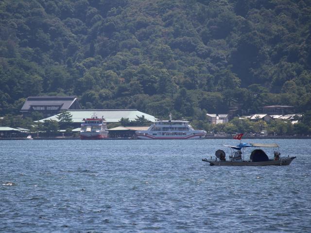 本州から宮島を撮影(厳島神社の大鳥居はもう少し右側にある)
