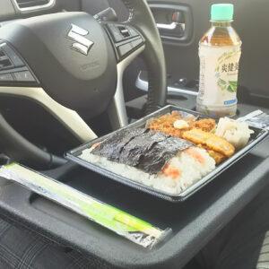 車内飯の必需品!ワンタッチで取り付けできる車用ハンドルテーブルが便利すぎてこれはもう手放せない!