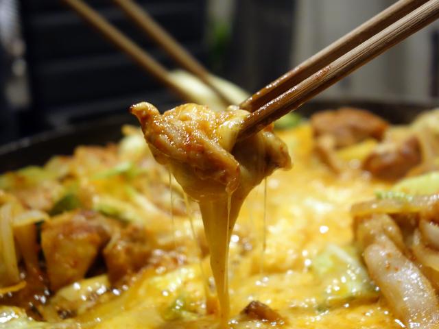 鶏肉にチーズを絡ませて食べる