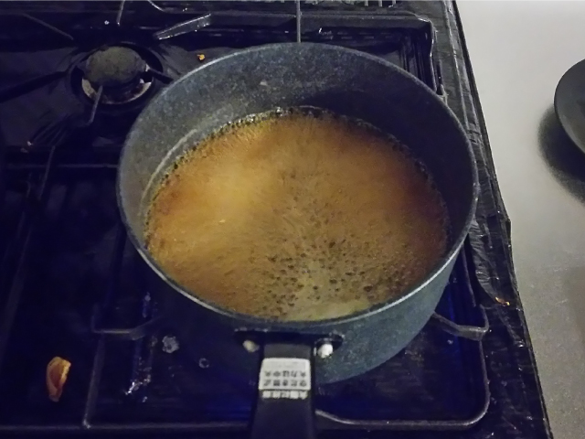 沸騰したら砂糖を入れ、砂糖が完全に溶けるまで混ぜ合わせます。