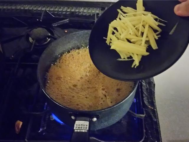 鍋にカットした生姜と豚こま肉を入れ煮込みます。