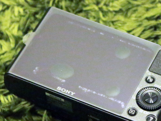 DSC-RX100を購入した時に最初から液晶に貼られているフィルム