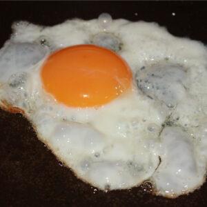 ハムエッグ丼がお手軽で美味しすぎて最近そればっかり作って食べてる件。ソーセージものせて更に贅沢な丼に!