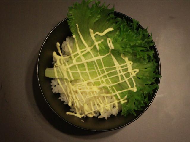 ご飯にレタスをのせマヨネーズを敷く。