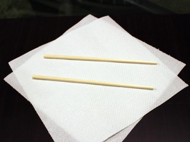 キッチンペーパーの上に割り箸を水平に置く