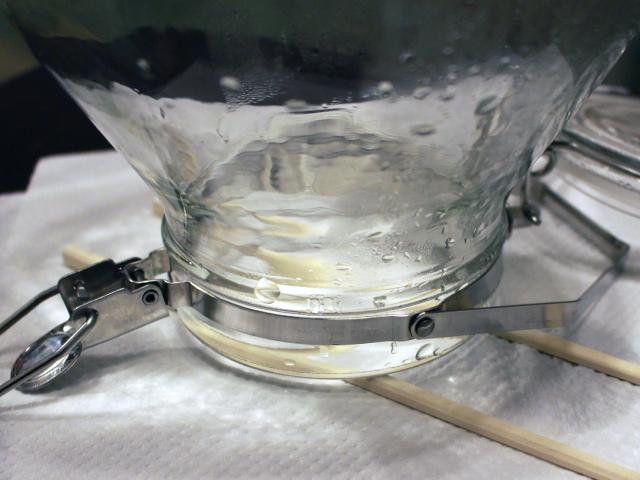 割り箸の上に瓶を逆さまに置く