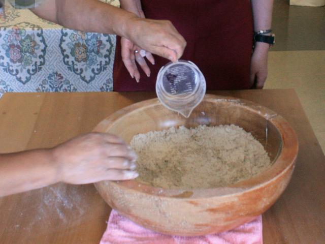 蕎麦粉に水を加えながら