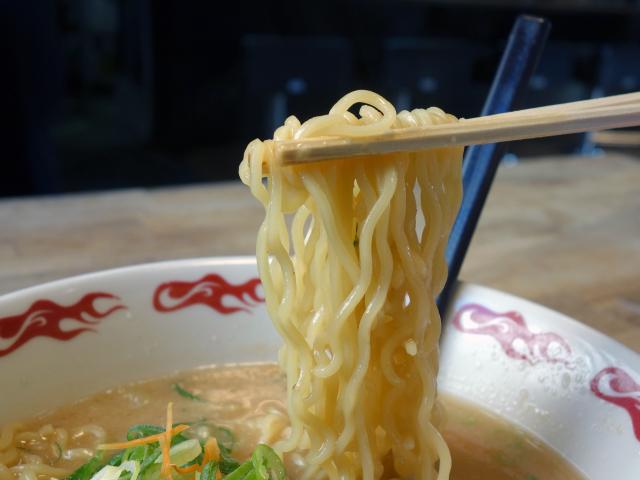 中太麺のちぢれ麺