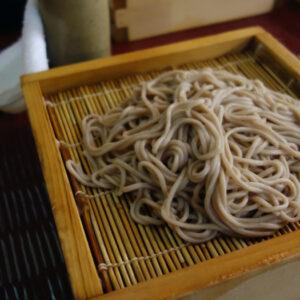 知る人ぞ知る大阪府堺市の名店!宿院の老舗そば処『ちく満』で熱盛りのせいろそばを熱々のお出汁でいただく。