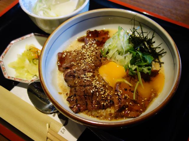 牛たん照り焼きとろろ丼(950円)