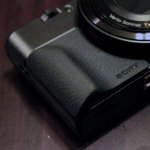 RX100シリーズ専用のアタッチメントグリップ『AG-R2』を装着!カメラのコンパクト加減を損なう事なく手に馴染む仕上がりに!