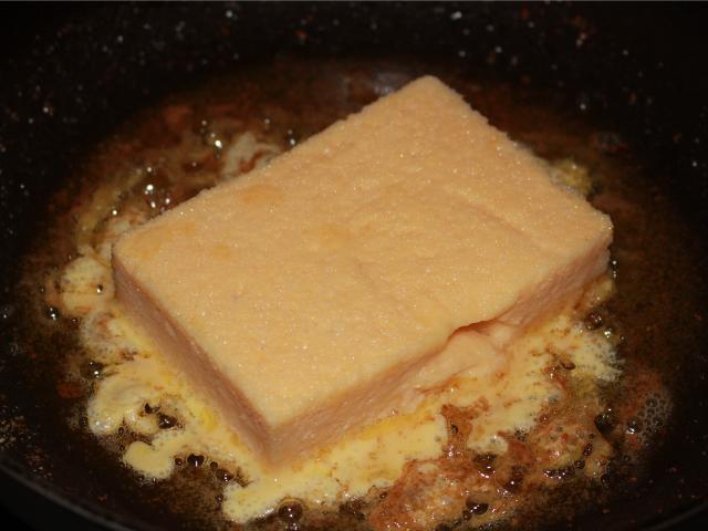 フライパンでサラダオイルとバターを熱してパンを焼く