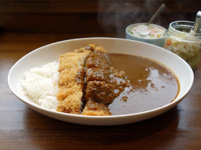 ブーメランのカツカレー(910円)辛さ:普通(ミニサラダ、ピクルス付き)