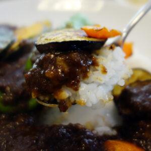 大阪堺のPURPOSE CAFE(パーパスカフェ)の自家製カフェカレー!オーブンで焼いた夏野菜と相性が良くてすごく美味しい!