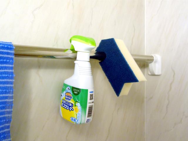 風呂場の掃除道具も引っ掛けておく