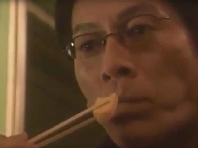 駅弁を食べる男