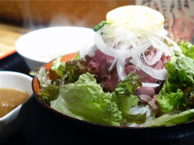 ローストビーフ丼(880円)