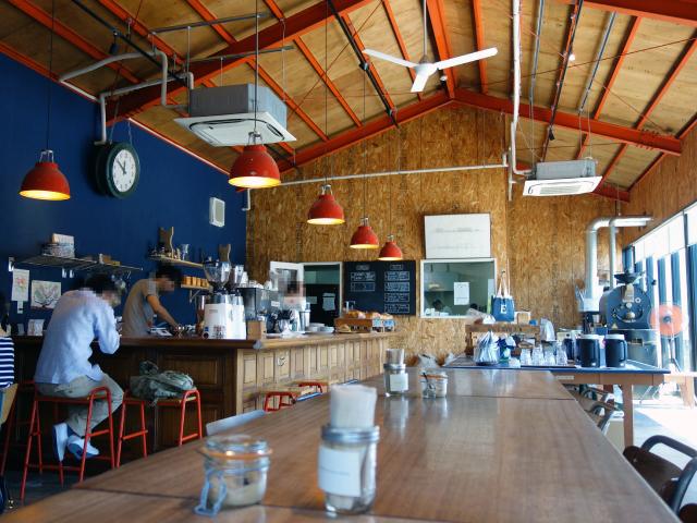 開放的でおしゃれな内装のカフェ
