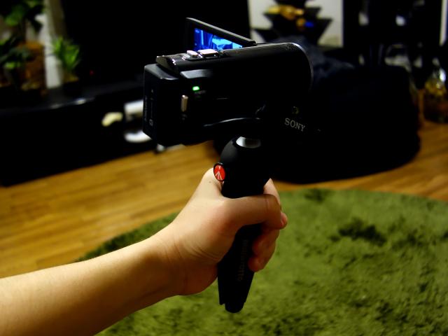このビデオカメラの持ち方はすごく楽